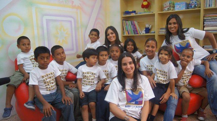 Aid For AIDS Recibe a Ximena Navarrete Miss Universo 2010 en el Centro del HDN